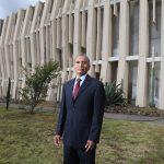 Eduardo Cruz, trabajador universitario, combina tareas de mantenimiento y su formación como bibliotecario